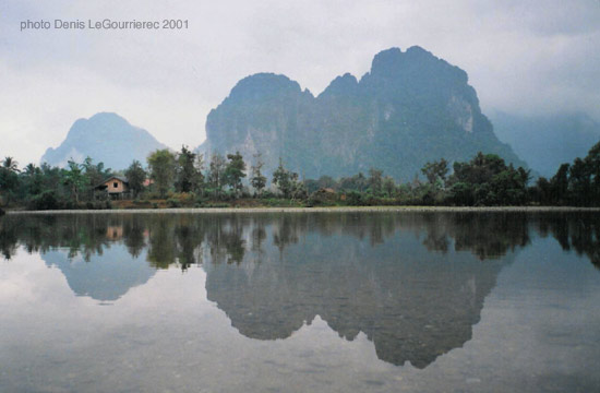 van vieng mountains reflexions